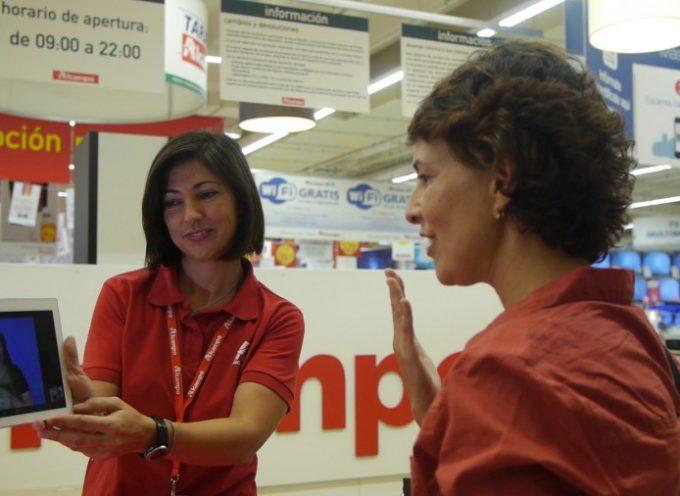 Alcampo facilita la comunicación entre sus empleados y personas sordas con un nuevo servicio de videointerpretación